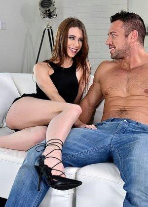 Аня Олсен соблазнила парня ногами, он хочет их лизать, делает девке анилингус, а в итоге кончает на ступни - фото 11