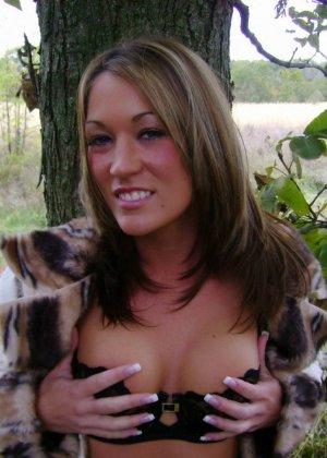 Старри Найт в лесу позирует для парня, она не думает, что ее еще кто-то увидит в таком откровенном виде - фото 12