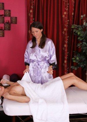 На эротический массаж записываются не только мужчины, женщины тоже не против оргазма на кушетке - фото 7