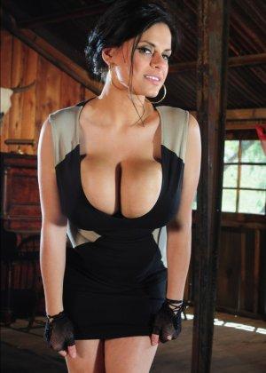 Очень сисястая Венди в коротком платье наклоняется и уже этим возбуждает зрителей, ее дойки просто нереально большие - фото 11