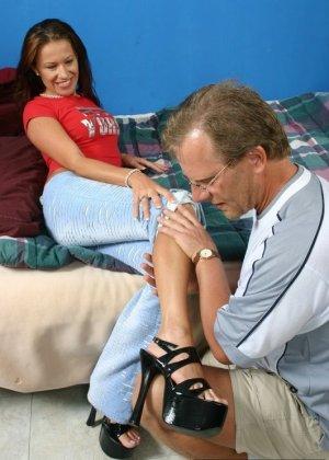 Фетишист снимает обувь на высоком каблуке со зрелой дамы и целует ее ноги, сосет пальцы ног - фото 5