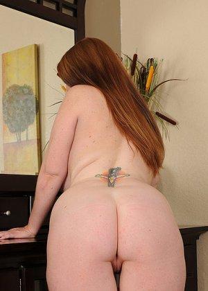 Рыжая женщина с большими грудями хочет помастурбировать - фото 2