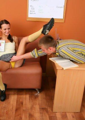 Девушку в короткой юбке трахнули в кабинете, парень лижет девке анус, затем пихает свой хер в ее мокрую пилотку - фото 7