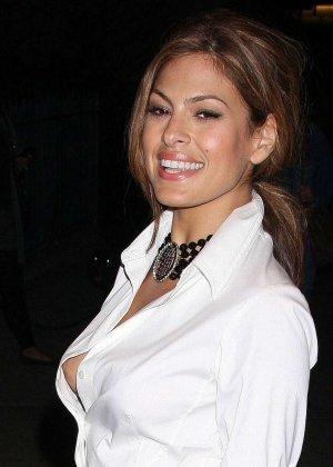 Знаменитость Ека Мендес не носит лифчика под блузкой и снимается в откровенных сценах фильмов - фото 4