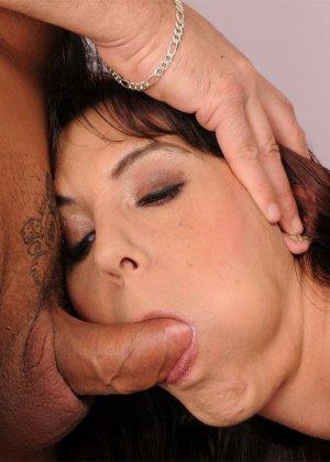 Женщина с волосатой пиздой, занимается сексом с лысым пожилым мужчиной - фото 18