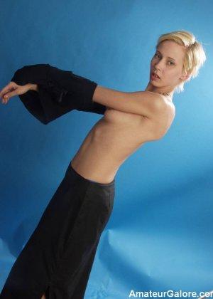 Стройная блондинка раздевается перед камерой, чтобы показать себя с разных сторон – ей нечего стесняться - фото 12