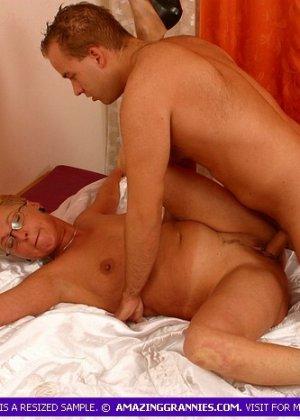 Зрелая курящая блондинка трахается с новым любовником, не затушив сигарету - фото 5