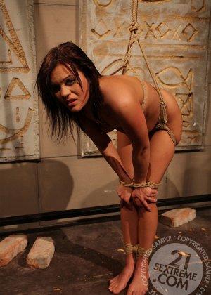 БДСМ с лесбиянками, две телки решили поиграть в рабу и госпожу, одна шлепает плеткой привязанную партнершу и трахает вибратором - фото 11