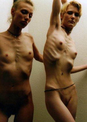 Очень худые телки показывают свои тела обнаженными - фото 1