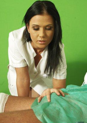 Медсестра сосет хуй у лежачего пациента - фото 12