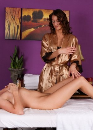 Калли Кобра и Кэти Джордан – красивые лесбиянки, им нравится лизать бритые вагины, поэтому они не сильно отвлекаются на массаж - фото 12