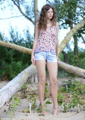 Девка оголилась в лесу и обнимается со стариком - фото 8