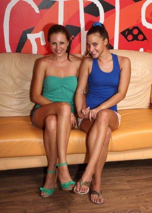 Две стройные и очень сексуальные девушки забавляются на диване - фото 13