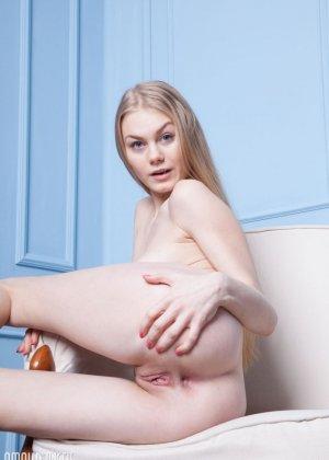 Блондинка с красивой грудью показывает себя голой - фото 7