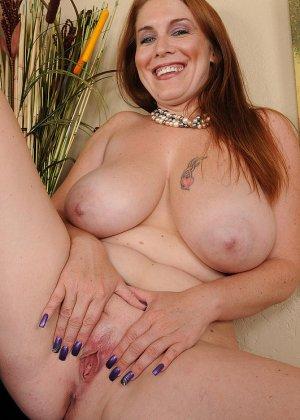 Рыжая женщина с большими грудями хочет помастурбировать - фото 6