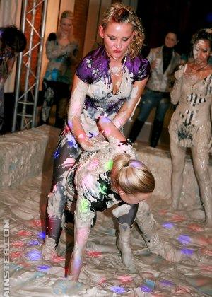 Бои телок в грязи, они вываляли друг друга, потом начали раздеваться и получать удовольствия от скольжения тел - фото 11