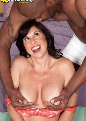 Пышная дамочка развлекается с темнокожим мужчиной, соблазняя его своими формами и темпераментом - фото 3