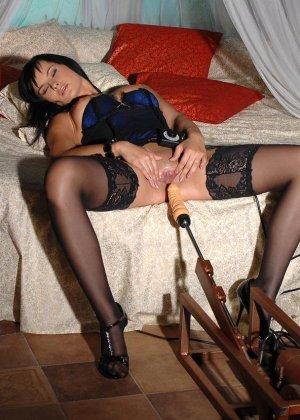Эбби Кэт решила ощутить на себе действие секс-машины, поэтому с удовольствием раздвигает половые губки - фото 6