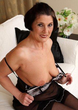 Зрелая тетка давно снимается в порно, ее фотографии заводят парней с большими членами и мужиков с похотливыми мыслями - фото 9