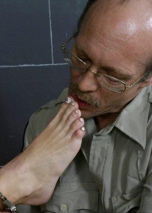 Заключенная блондинка совсем не прочь дать полизать свои ножки ее охраннику, ведь на большее он не претендует - фото 7