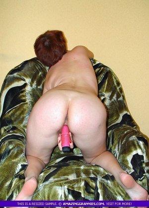 Зрелая дама с волосатой пиздой эмоционально мастурбирует - фото 7
