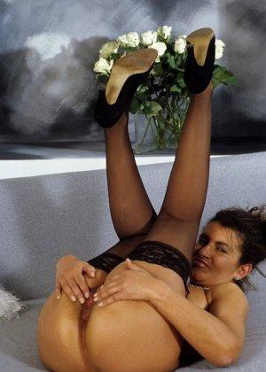 Зрелая дамочка показывает без стеснения свое тело, позволяя наслаждаться каждым сантиметром - фото 6