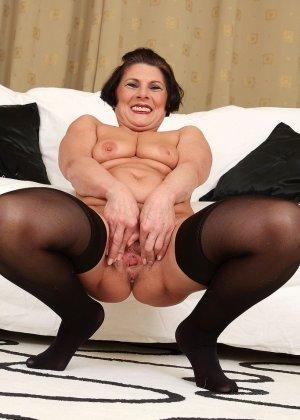 Зрелая тетка давно снимается в порно, ее фотографии заводят парней с большими членами и мужиков с похотливыми мыслями - фото 2