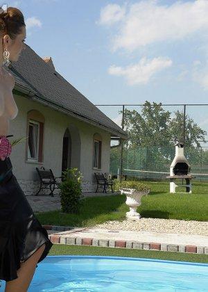 Одетые женщины обливались шампанским во дворе дома - фото 4