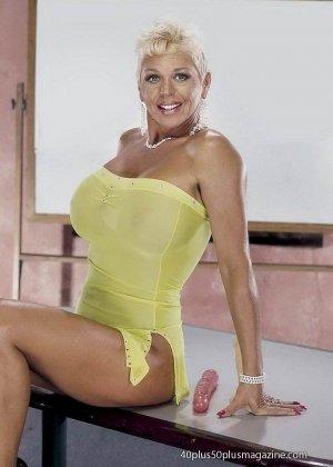 Сисястая матюрка сексуально показывает свое знойное тело - фото 7