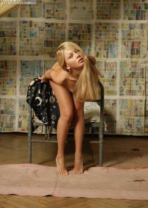 Стройная блондинка показывает маленькие сиськи и ухоженный лобок - фото 14