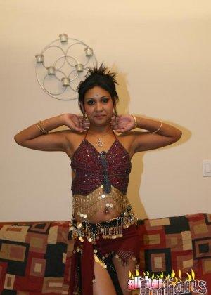 Элитная для Индии шалава показывает пизду и небольшую грудь - фото 3