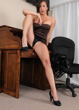 36-летняя Кайлинн показывает прелести на работе - фото 12