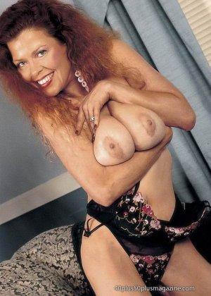 Грудастая женщина с рыжими волосами, садится пиздой на самотык - фото 10