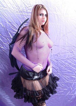 Эффектная рыжая телка любит ролевые игры, она надела сексуальный наряд и показала свою влажную вагину - фото 9