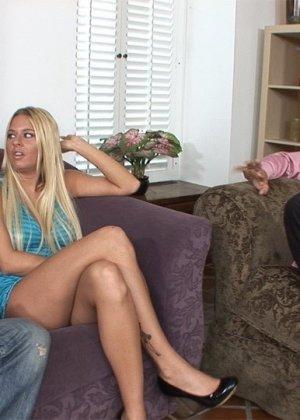 Райли Эванс изменяет мужу с его другом в одной гостиной на соседнем диване, муж с удовольствием наблюдает за происходящим - фото 10