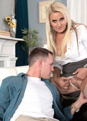 Начальница Мэдисон Милстар пригрозила увольнением, пришлось вылизывать прощение, мужчина раздвинул ноги шикарной женщине и сделал куннилингус - фото 10