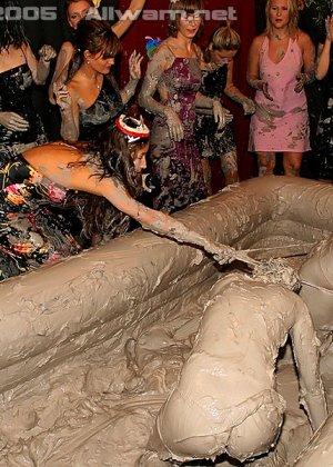 Борьба в грязи, телки раздеваются до трусов во время публичной драки в бассейне с грязью - фото 1