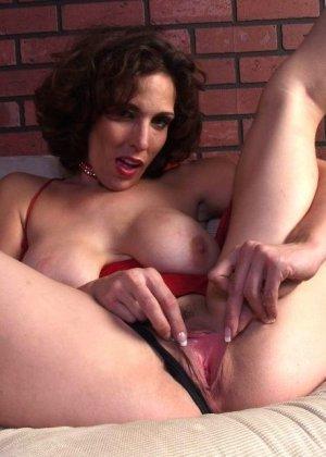 Горячая матюрка покусывает свою грудь - фото 2