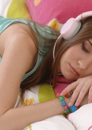 Милая девушка слушает музыку в наушниках и раздевается со скуки - фото 8