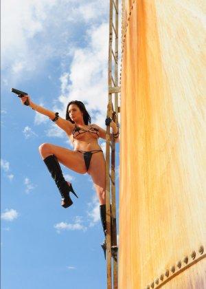 Рози Револьвер снимается в эротической картине, играя роль роковой телки с пистолетом и в одном нижнем белье - фото 4