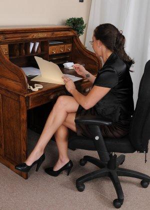 36-летняя Кайлинн показывает прелести на работе - фото 7