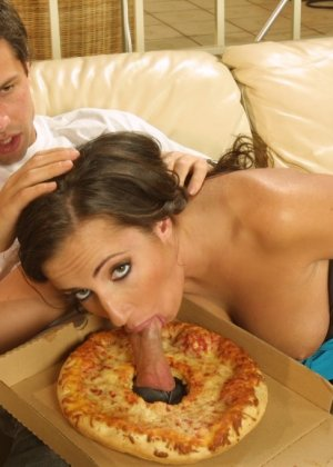 Домохозяйка соблазнила разносчика пиццы - фото 12