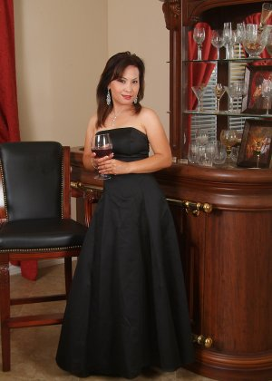Зрелая азиатка элегантно приподнимает платье и показывает себя - фото 8