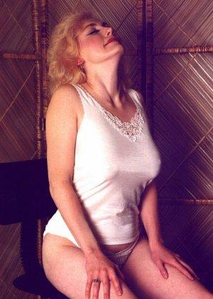 Пожилая грудастая блондинка раздевается до гола, иногда сжимая свои сиськи - фото 9
