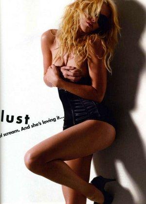 Актриса Эмбер Херд любит показывать свое шикарное тело во всей красе, участвует в групповухах мжм и скачет в позе наездницы - фото 6