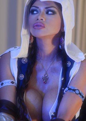 Арми Филд в роли очаровательно воительницы, ее большие невероятно упругие буфера невозможно не заметить - фото 7