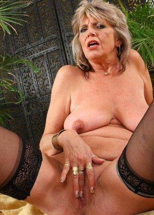 Пожилая женщина не стесняется показывать свое обнаженное тело – она раздевается перед камерой - фото 7