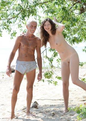 Девка оголилась в лесу и обнимается со стариком - фото 3