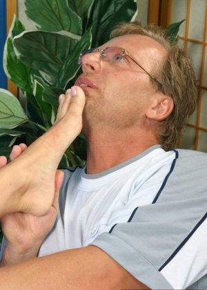 Мужчина лизал туфли, а затем сняв их, пальцы ног зрелой латины - фото 1