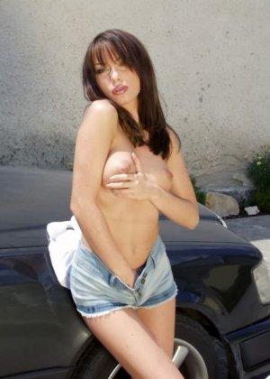 Вспотела пока мыла машину и немного разделась - фото 12